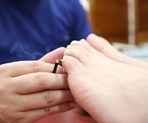 足の指に灸